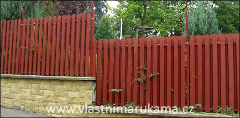 Jak postavit dřevěný plot ve svahu