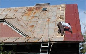 natírání rezavé střechy
